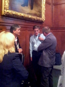 Jonathan Edwards (i blå skjorte) i samtale med Øystein Fluge (t.h.) og forsker Amolak Bansal på forskningskonferansen i London i mai i år. Beklager dårlig kvalitet på bildet.