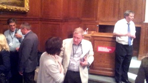 Fra Invest in ME-konferansen i 2013. Til høyre står Richard Simpson. Helt til venstre er professor Jonathan Edwards i samtale med forsker Øystein Fluge fra Haukeland sykehus.
