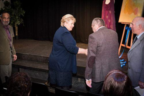 Erna Solberg hilser på Haukeland-forsker Øystein Fluge som er hovedforfatter for den nye rituximabstudien i PlosOne. Anledningen var arrangementet MEd Frihet til å Skape på den internasjonale ME-dagen 12. mai i år. (Foto: Tom Lund)